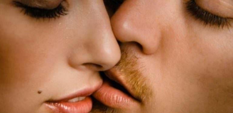 Знакомый целует с губы