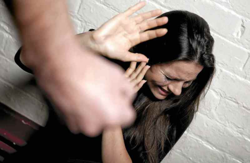 сонник парень бьет девушку