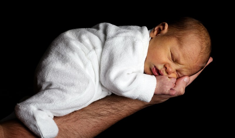 Толкование по сонникам: младенец на руках