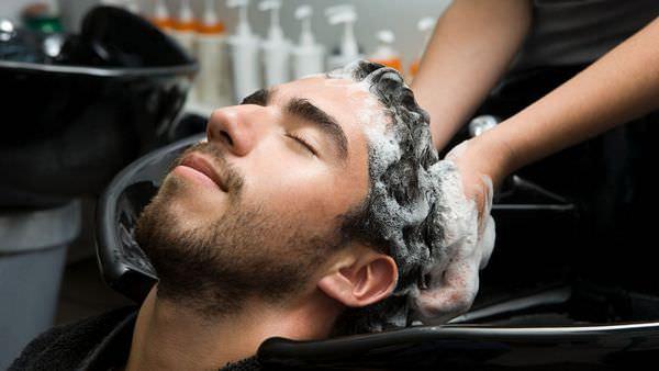 Мыть голову во сне: к чему это снится?