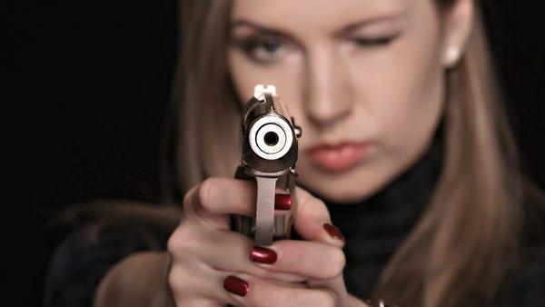 К чему снится пистолет и стоит ли бояться ранений в реальной жизни?