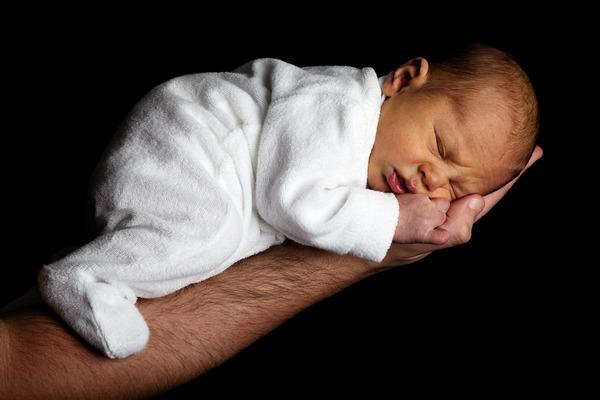 К чему снится ребенок на руках: хорошо или плохо?
