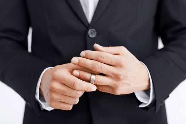 К чему снится кольцо на пальце: грядет помолвка?