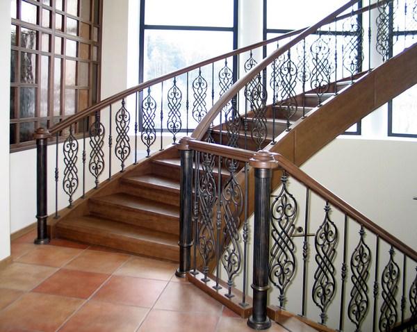 К чему снится лестница: намек на повышение в карьере?